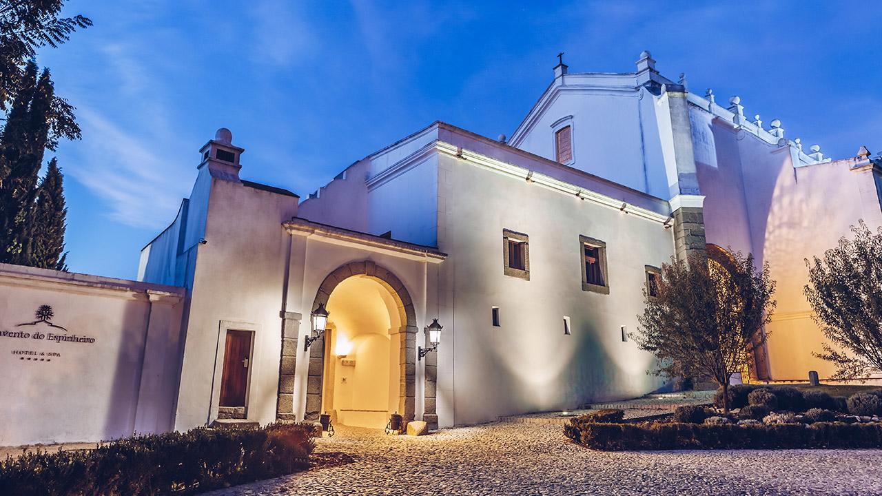 Entrada do Convento do Espinheiro ao fim do dia
